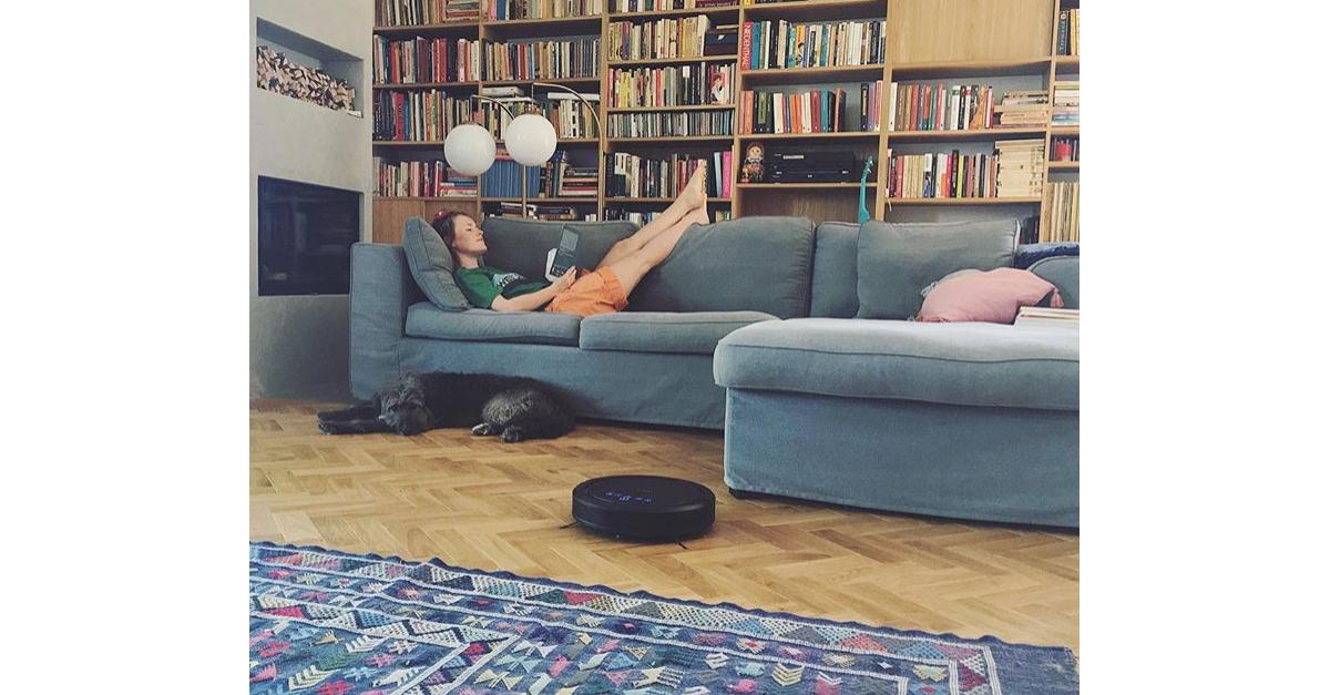 Aktorka Olga Frycz testuje naszego robota sprzątającego